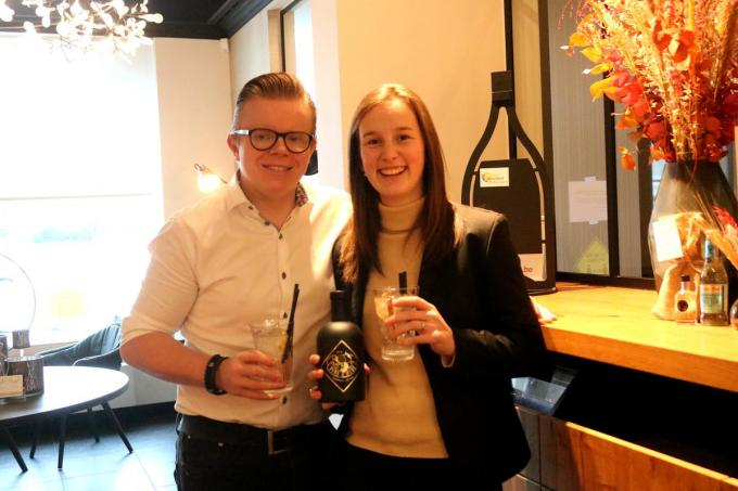 Chef Jelle Devisch en zijn vriendin Magali Demeersseman, die straks ook in de zaak komt werken, klinken met de zelfontworpen gin.©type=