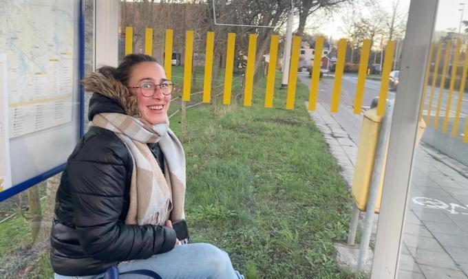 Joyce Dalle, wachtend op de bus die haar naar Oedelem moet brengen, via Knesselare.© KVdm