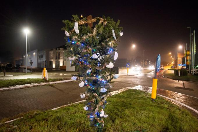 De omgekeerde kerstboom was enkele dagen een blikvanger, maar is ondertussen verwijderd.© MV