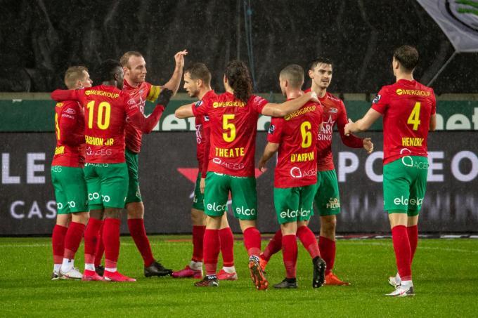Kevin Vandendriessche viert zijn doelpunt met zijn ploegmaten.©KURT DESPLENTER (Foto BELGA)