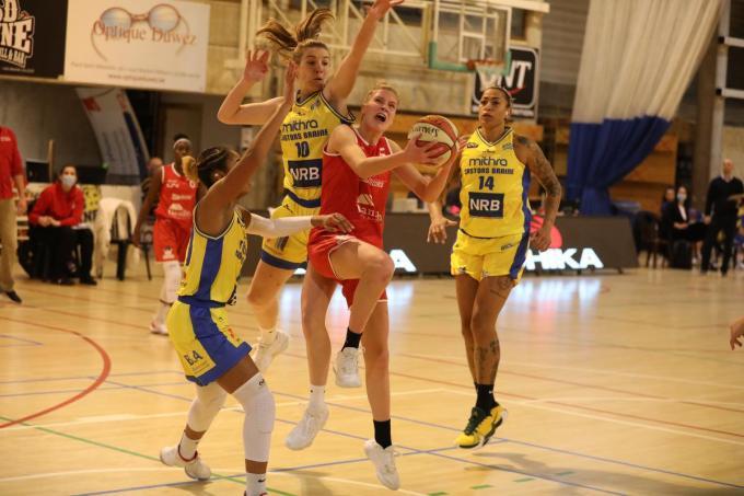 Nastja Claessens gaat in duel met Tesse Kapenga.©ELD (Foto ELD)