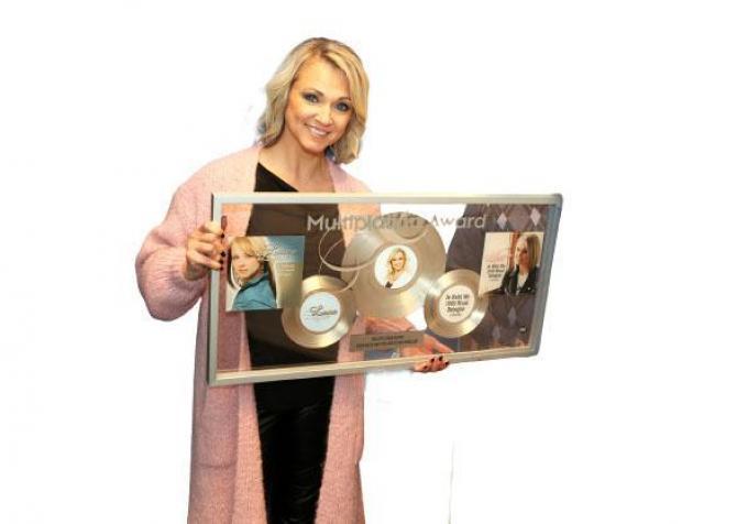 Laura Lynn won een Multiplatina Award voor de verkoop van 250.000 stuks van 'Je hebt me 1000 x belogen'.© PADI/Daniël
