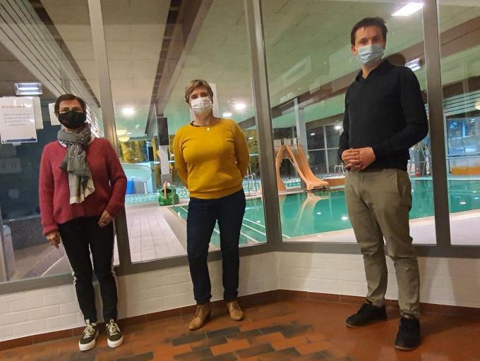 Martine Marquillie en Chantal Duck van de Kortrijkse Zwemkring en schepen van sport Arne Vandendriessche zijn heel tevreden dat het zwembad van Heule zeker tot augustus 2026 openblijft.© CHH