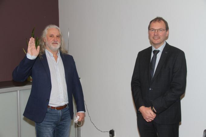 Eddy Vanacker (CD&V) legt de eed af bij burgemeester Lieven Vanbelleghem (CD&V).©Philippe Corneillie