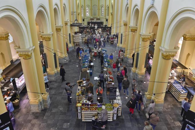 In de Sint-Amandskerk wordt wekelijkse de lokaalmarkt georganiseerd.©STEFAAN BEEL STEFAAN BEEL
