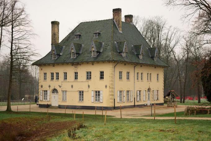 Het landhuis staat in het prachtige kader van het kasteelpark in het centrum.©zenon bekaert beselare (ZB)
