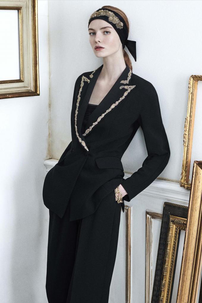 Stijlvol en tijdloos: zwarte blazer en pantalon met gouden borduurwerk en bijhorende zijden top en foulard, gedragen als hoofdband, van Max Mara.© Max Mara