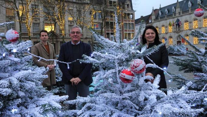 Schepen van Economie Arne Vandendriessche, Dominique Desmeytere, de manager K in Kortrijk en Brenda Lombary, manager van het Ring Shopping slaan de handen in elkaar.© AN