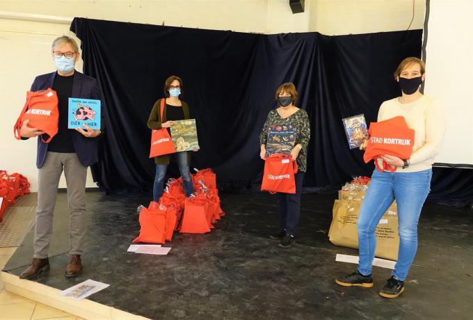 Schepen Philippe De Coene (links) en enkele medewerkers die de pakketten helpen verdelen.© AN