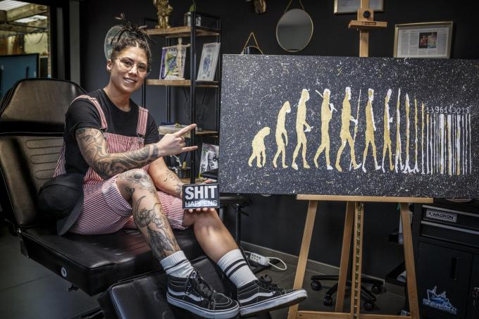 Jamie Olivier uit Rollegem-Kapelle kan zich creatief uitleven in haar tattooshop. (foto JS)©jan_stragier;Jan Stragier Jan Stragier