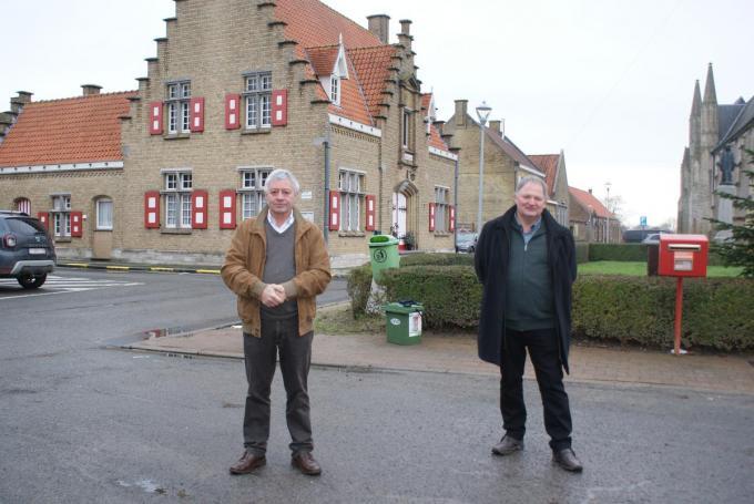 """Burgemeester Gerard Liefooghe en schepen Jacques Blanckaert: """"De werken zullen het dorp een pak aantrekkelijker maken."""" (foto AB)©Anne Bovyn"""
