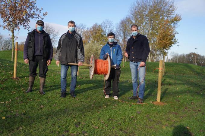 Daniel Capelle, Hugo Michielsens, Andres Deketele en Frederick Verscheure plaatsen meer dan 5 km bedrading. (foto Luc)© (foto Luc)