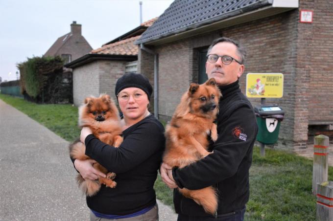 Kris Steen en Martine Roosen wilden de buurt waarschuwen voor hondenvergiftigingen, maar uiteindelijk bleek het in de meeste gevallen om het parvovirus te gaan.©WK WK