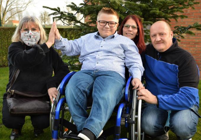 Initiatiefneemster Sandra Coupje, Devon Aneca, zijn mama Tatjana Smans en zijn papa Bjorn Aneca. (foto WK)©WK