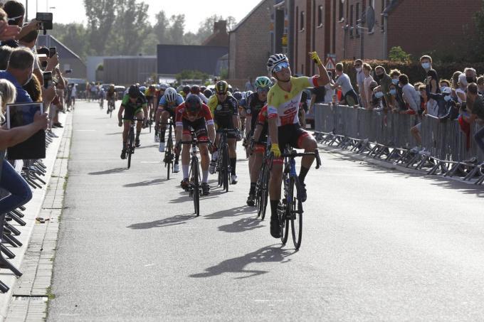 Een beeld uit het voorbije wielerseizoen op de weg bij de jeugd: sprintende renners en langs de kant supporters met mondmasker. (foto Gino Coghe)©GINO COGHE Foto Coghe