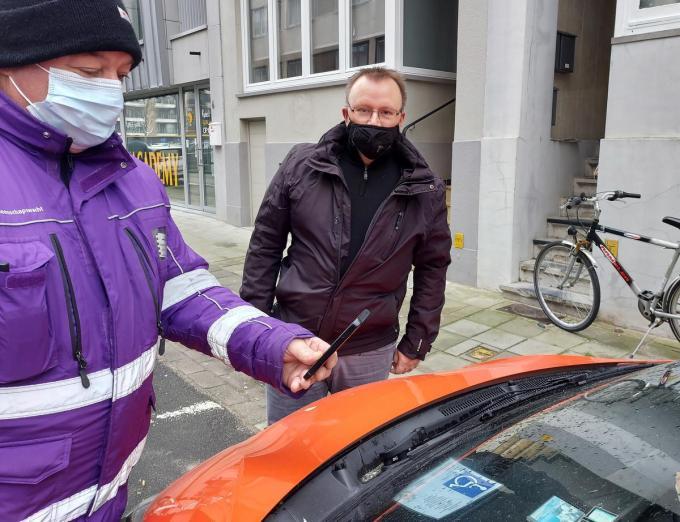 Schepen voor Mobiliteit Sandy Buysschaert (CD&V) ging mee op controle.© WK