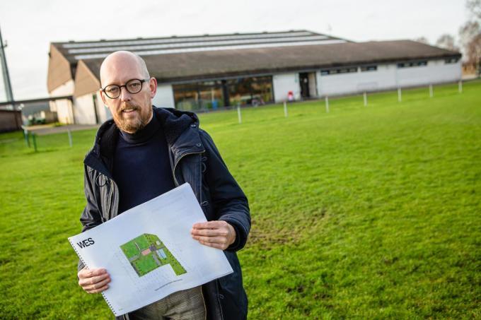 Sportschepen Christoph De Sutter met de plannen bij het sportpark.©Davy Coghe Davy Coghe