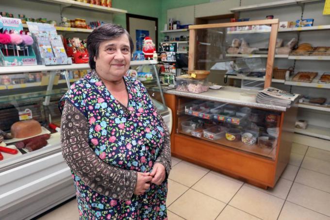 Erna Vandekinderen (69) stopt straks na bijna 49 jaar met haar bekende buurtwinkeltje langs de Aartrijkestraat.©Johan Sabbe