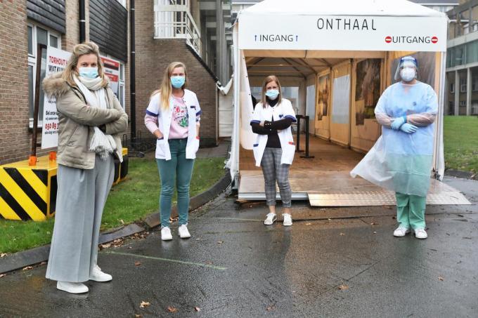 Aan de triagepost op de Rembertcampus van AZ Delta van links naar rechts Lore Cortvriendt, de onthaalmedewerksters Charlotte Vandendriessche en Anneke Van Poucke en verpleegkundige Sofie Deruytter.©Johan Sabbe