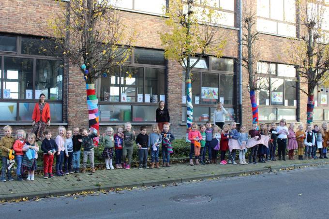 De bomen kregen een warme trui door het harde werk van de kinderen.© LIN