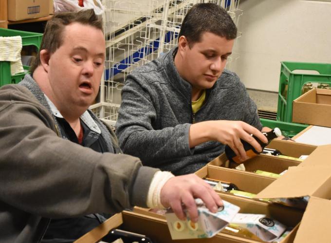 Bewoners van De Lovie vzw mochten meer dan 1.500 verrassingsboxen met streekproducten klaarmaken.© GF