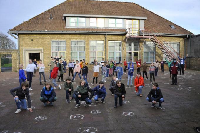 De leerlingen van het vijfde en het zesde leerjaar nemen afscheid van het oude schoolgebouw.© foto GST
