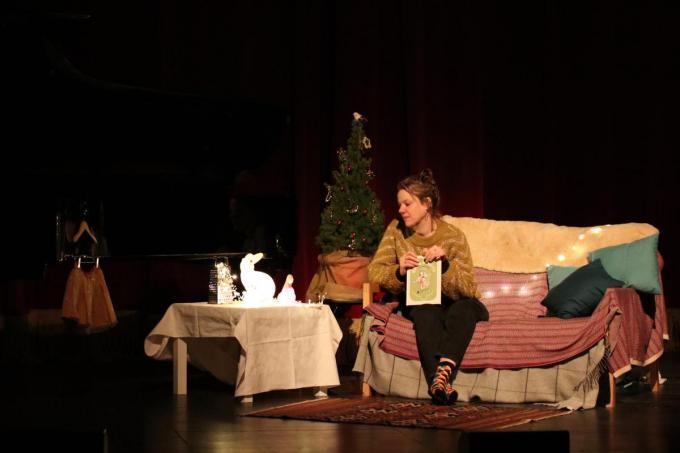 Anna Vercammen zal op zaterdag 19 december om 19.30 uur twee korte verhalen uit 'Bettie en Harrie in 13 ongelukjes (die niemand zag aankomen)' live voorlezen vanuit de Koninklijke Stadsschouwburg.© foto Cultuurcentrum Brugge