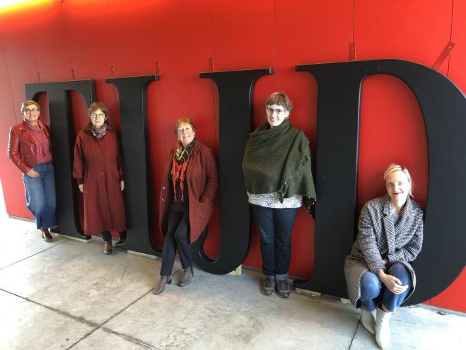 Hilde Hauspie, Carine Parent, Gerda Goubeir en Marleen Lebbe van vtbKultuur Vleteren samen met Birgit Provoost, initiatiefneemster van de expo Tijd.© RVL