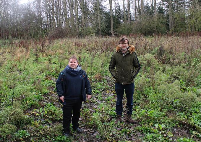 Schepen van Klimaat Patrick Roose en Luks Bossuyt van de vzw Plant-een-bos stelden het project in Menen voor.©wilfried Ossieur WO