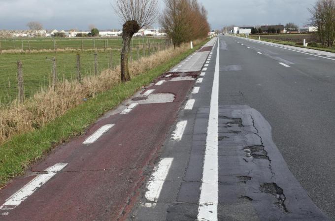 Het fietspad langs de N35 verkeert in een erbarmelijke staat.©MYRIAM VAN DEN PUTTE MVO