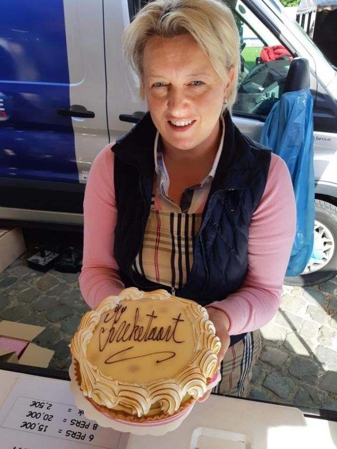 Wendy, de vrouw van bakker Kurt Kimpe, met de enige echte Kreketaart.© Kurt Kimpe