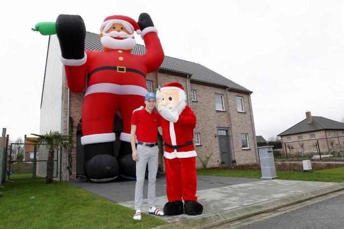 De reuze kerstman is letterlijk een blikvanger van formaat.©GINO COGHE Foto Coghe