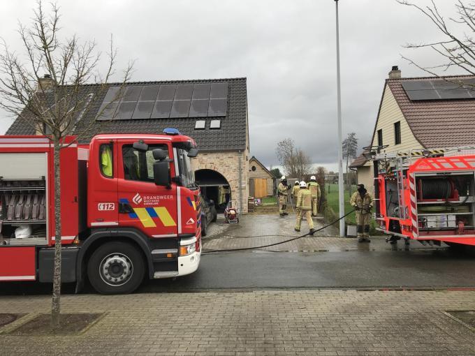De brand bleef beperkt tot smeulende asresten in de garage.© JH