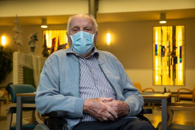 De 96-jarige Jos Hermans is de allereerste Belg die maandag wordt ingeënt tegen het coronavirus.©JAMES ARTHUR GEKIERE BELGA