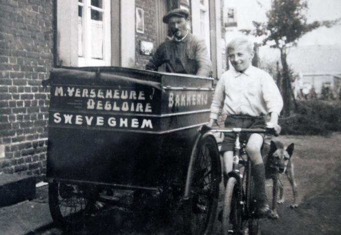Een foto uit 1939 met grootvader Maurits Verschuere en vader Etienne Verscheure bij de bakfiets. (foto GV)©Geert Vanhessche