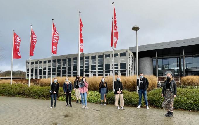 De negen studenten van links naar rechts: Margot Saelen, Febe Vanrobays, Charlotte buyse, Lisa Notebaert, Rhune Lefebvre, Saartje Vercruysse, Stijn Desseyn en Katrijn Mahieu. Marie Gauquie ontbreekt op de foto.© FM