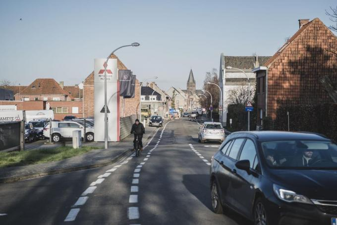 De Driekerkenstraat in Bissegem moet nu zo'n 5.000 auto's per dag slikken, te veel vindt het stadsbestuur.© Olaf Verhaeghe