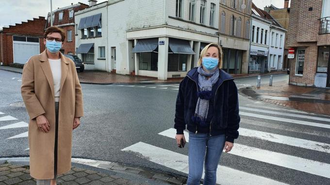 Schepenen Caroline Maertens (links) en Ann Van Essche voor het pand op de hoek van de Brugstraat en de Dirk Martenslaan waar straks de fietsbieb een onderkomen zal hebben.©GF GF