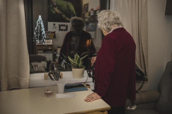 De bewoners van woonzorgcentrum Heilige Familie in Kuurne kijken sinds het begin van de week uit op een kerstboom.©Olaf Verhaeghe Olaf Verhaeghe