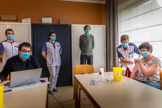 In de woonzorgcentra van Curando, hier Sint-Jozef in Ruiselede, wordt het vaccineren al volop geoefend.©Wouter Meeus