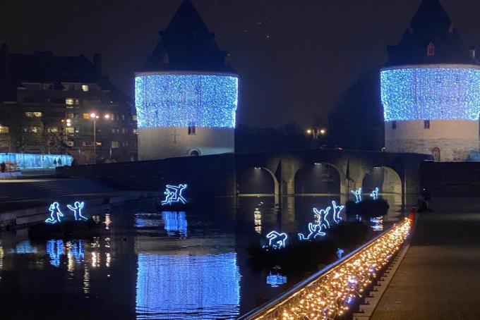 Aan de Broeltorens in Kortrijk staan er verlichte figuurtjes op het Leiewater.© Verstraete Enterprises