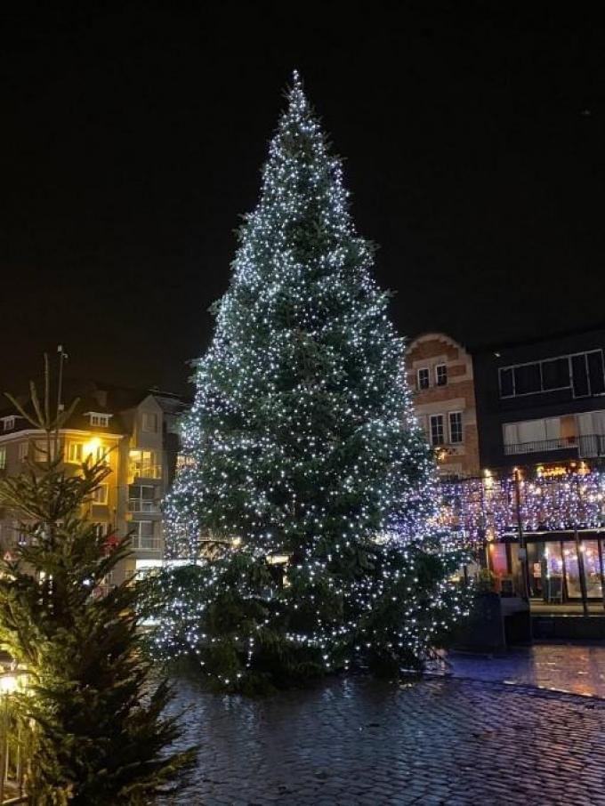 Deze kerstboom siert de Grote Markt van Roeselare.© Verstraete Enterprises