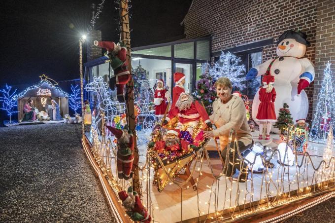 Rositta Dooms voor de caroussel met draaiende kerstmannen. (foto SB)©STEFAAN BEEL Stefaan Beel