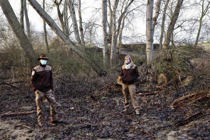 Boswachter Johan Lamaire en regiobeheerder Kust & Polder Evy Dewulf aan het Artiestenpad. (foto MVO)©Myriam Van den Putte