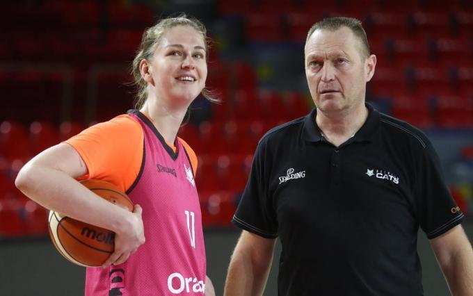 Emma Meesseman en Philip Mestdagh, respectievelijk Sportvrouw en Coach van het Jaar.©BELGA BELGA