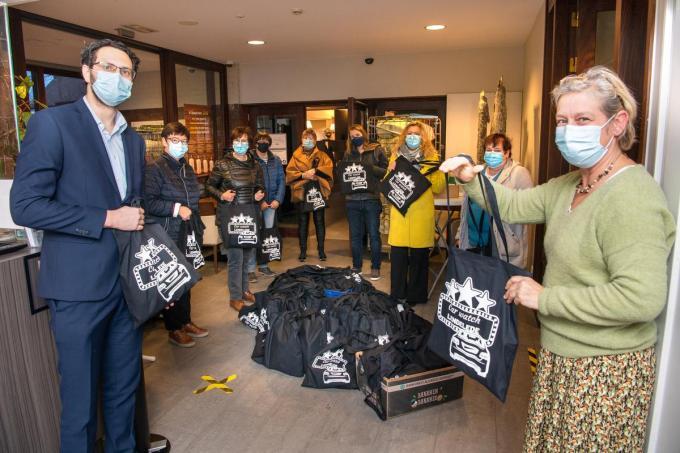 Medewerkers van wzc Aksent en de interimdirecteur Jeroen Trybou kregen 68 goodiebags om uit te delen aan hun 80-plussers. (foto Frank)©Frank Meurisse Frank Meurisse