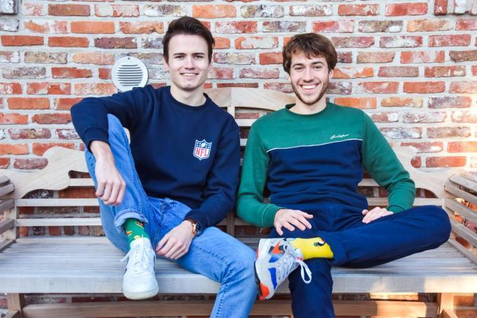 Ward Haeck en Arthur De Volder tonen hun originele sokken. (foto TVB)© (foto TVB)