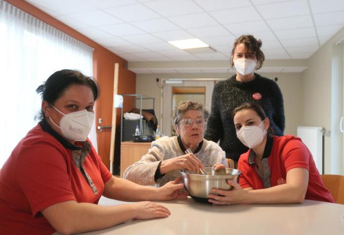 We zien het personeel samen met een bezoeker iets lekkers bereiden. We herkennen v.l.n.r. Isabel Dewilde, Jeanne Van Roose, Isabel Vanhove en Jolien Crombez. (foto ACK)©type=