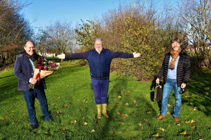 Dominique Windels en Alain Top vroegen Wim Opbrouck of hij ereburger van Harelbeke wilde worden.©LUDO-OSTIJN LO