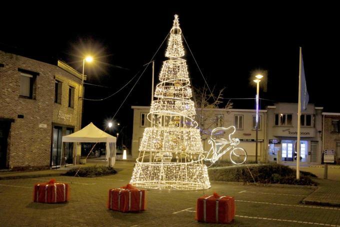 Op de markt van Ichtegem schittert nu een gloednieuwe kerstboom.©GINO COGHE Foto Coghe